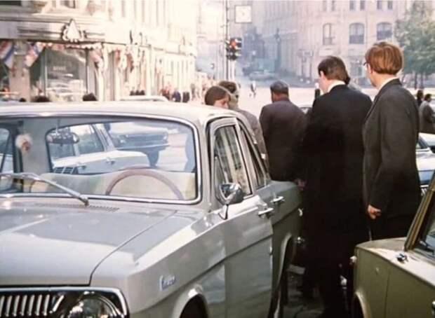 У Самохвалова Волга первой серии, но не самая ранняя. Через несколько лет после начала производства зеркало заднего вида перенесли с крыла на дверь. А на самых первых Волгах зеркало располагалось на левом переднем крыле. авто, волга, газ, газ-24, кино, ретро авто, служебный роман, советское кино