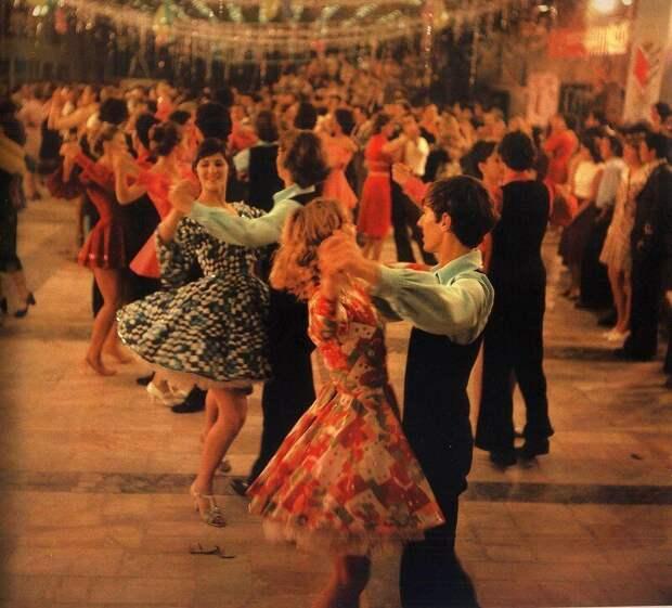 Праздничный бал в Молодёжном центре имени Юрия Гагарина, Кишинев, 1980 год. история, ретро, фото