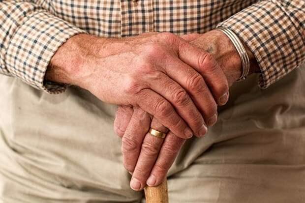 Специалисты центра соцосблуживания из Лианозова помогут пенсионерам получить QR-коды