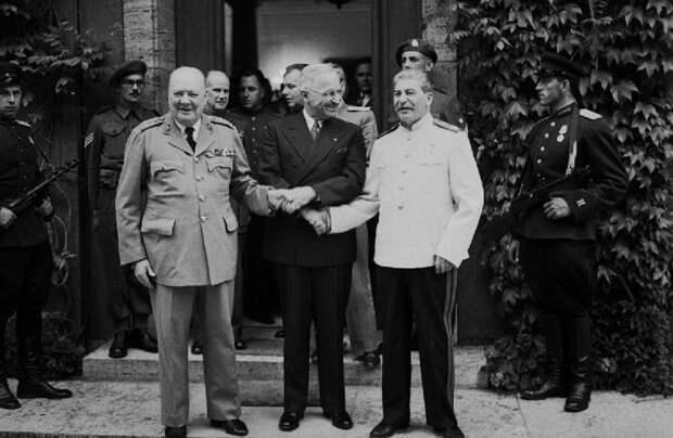 Один из первых протокольных снимков участников Потсдамской конференции. Черчилль, Трумэн и Сталин ещё демонстрируют на камеру своё единство