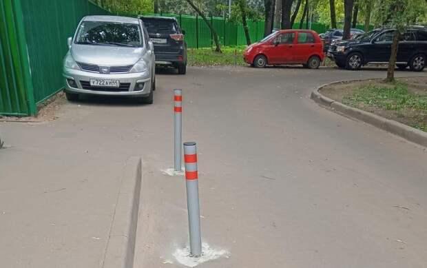 Дорожные вандалы вырвали столбики из тротуара у школы имени Шумилова