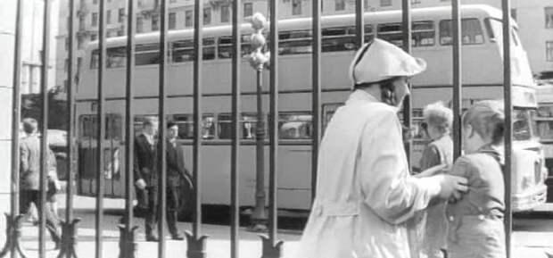 Двухэтажный автобус появляется в кадре несколько раз. Сначала Димка смотрит на него из-за забора детского сада на Кутузовском: СССР, авто, автобус, кино, москва, общественный транспорт, троллейбус
