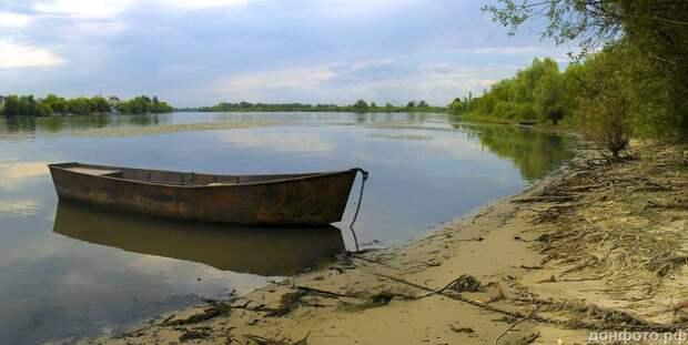 лодка с отражением неба