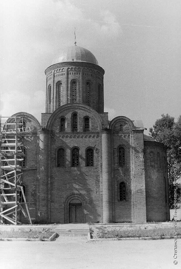 Древний Петропавловский храм в Смоленске. Фотография.