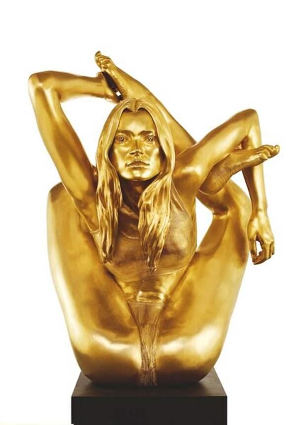 Кейт Мосс занимается йогой. Скульптура 'Sphinx' 2006 by Marc Quinn.
