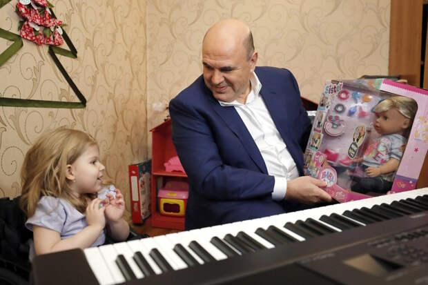 Мишустин подарил девочке синтезатор и сыграл мелодии из советских мультфильмов