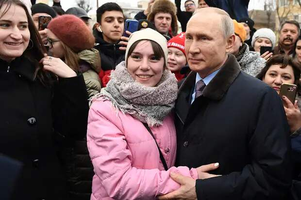 Предложившая Путину жениться девушка рассказала, ответил ли ей президент