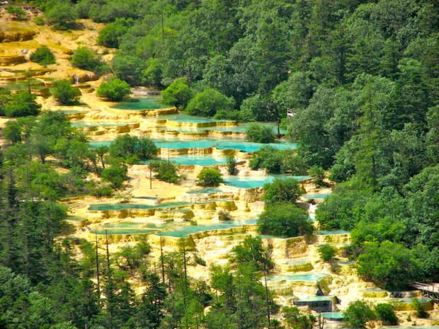 6 фотографий крутых цветных бассейнов в заповеднике в Китае