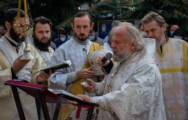 Ялтинцы несут к администрации цветы в память об Иване Имгрунте