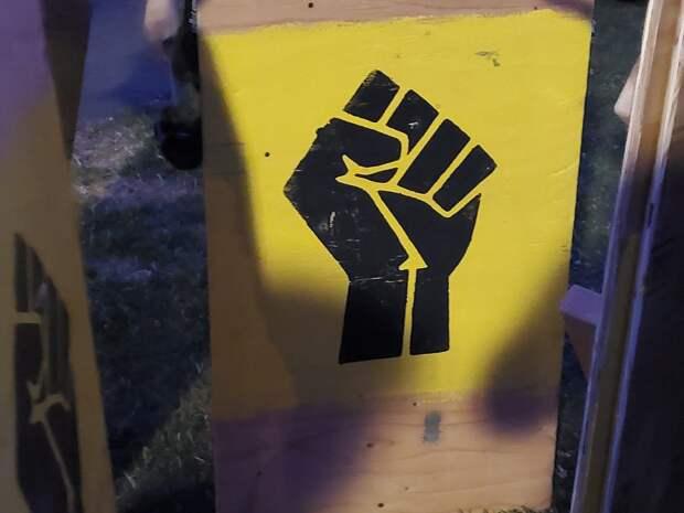 Протесты в Портленде. Стена щитов