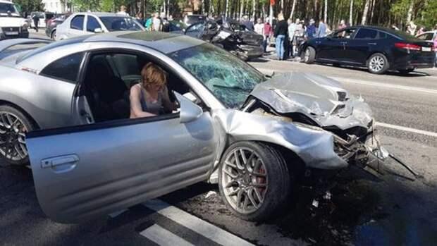 Пьяную женщину на спорткаре едва не линчевали за массовое ДТП