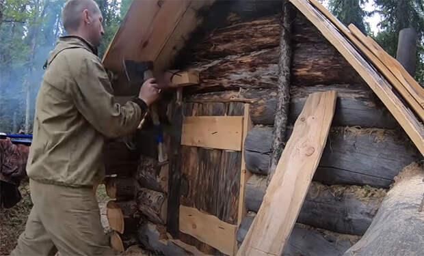 Лесник уехал в Тайгу в дом посреди леса и показывает на камеру жизнь вне цивилизации