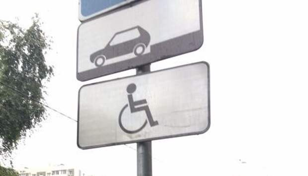Коммунальщики очистили дорожные знаки на Молодцова от незаконной рекламы