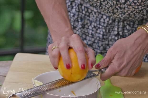 Цедру лимона натереть и добавить к третьей части масла.
