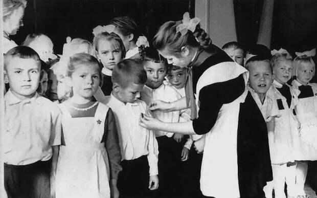 Значки были очень популярны в СССР, их коллекционировали, дарили, награждали, носили школьники / Фото: yandex.ua