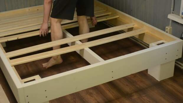 Бюджетный, при этом еще и элементарный способ сделать большую кровать