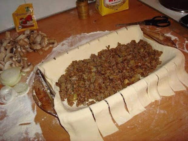 Быстрый пирог с мясом и грибами