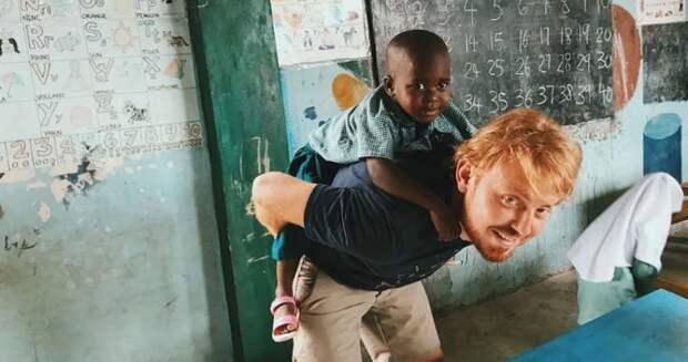 Сибиряк уехал в Танзанию, чтобы бесплатно учить детей