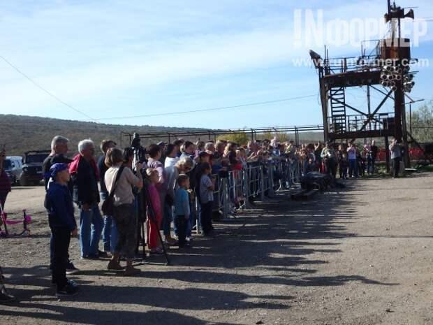 Фоторепортаж: «Хирург» показал севастопольским детям волшебный парад