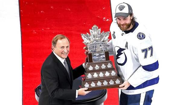 Восемь лет назад он играл в Казахстане, а теперь стал MVP плей-офф НХЛ. Как швед Хедман обошел Кучерова и Поинта