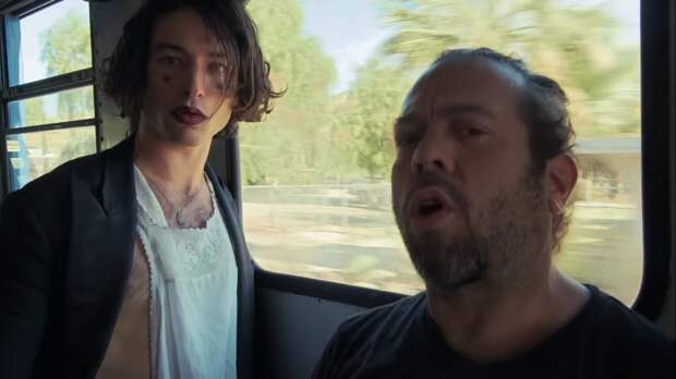 Фантастические твари: Эзра Миллер и Дэн Фоглер сняли клип на песню про Хануку