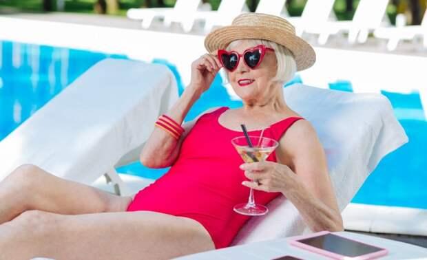 Почему пожилые женщины меньше стесняются в раздевалке бассейна, на пляже, в бане?