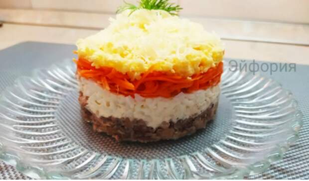 Этот салат из сайры у нас всегда уходит на ура: яркий, аппетитный и очень вкусный!