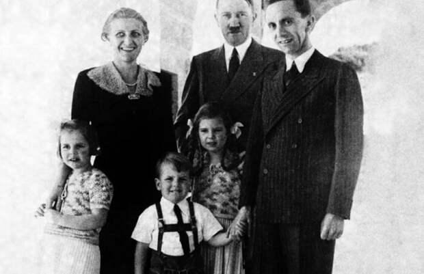 Семья Геббельсов и Гитлер.