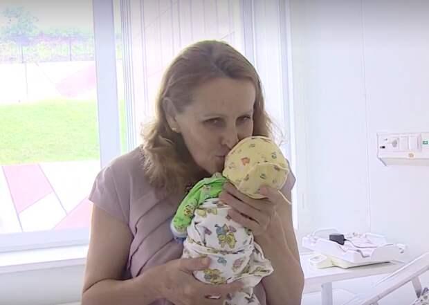 Спустя 22 дня новоиспеченную мамочку и трех ангелочков, абсолютно здоровых, выписали из перинатального центра ynews, беременность, новости, родила в 51 год, россия, фото