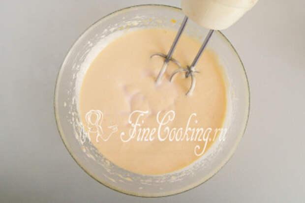 Добавляем стакан кефира (кислого молока, ряженки, питьевого йогурта), перемешиваем