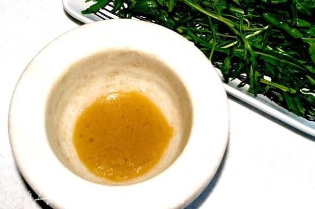 В миске смешиваем все ингредиенты для заправки. Можно добавить соль и перец по вкусу, но если горчица не очень острая.