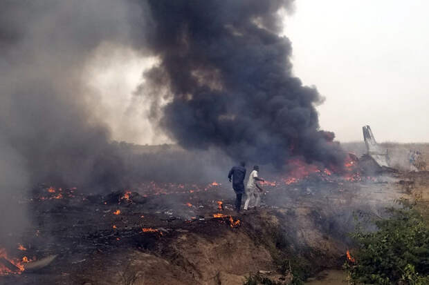 Военный самолёт упал в столице Нигерии