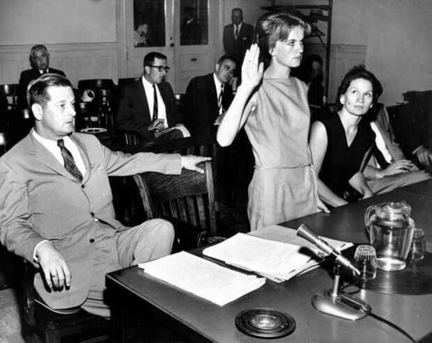 Марина Освальд дает показания перед комиссией по расследованию убийства Кеннеди. В связи с кончиной основного подозреваемого, Освальда, суда над убийцей не было, комиссия признала его виновным.