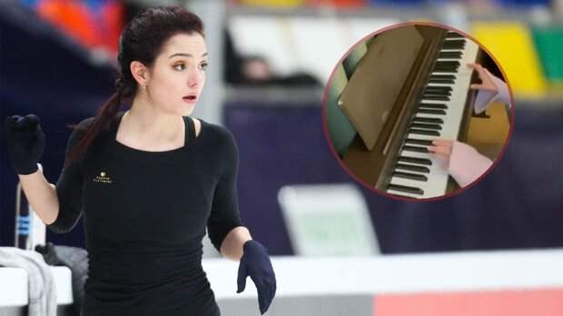 Медведева учится играть на фортепиано. Она исполнила отрывок из знаменитой классики Бетховена: видео