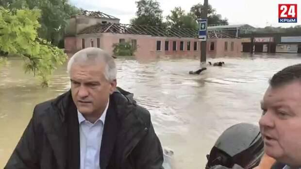 «Счастливы и довольны»: в МЧС рассказали о плывших за лодкой Аксёнова в затопленной Керчи