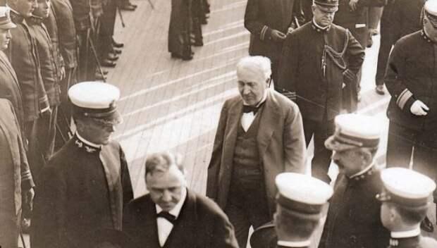 Томас Эдисон в кругу военных.