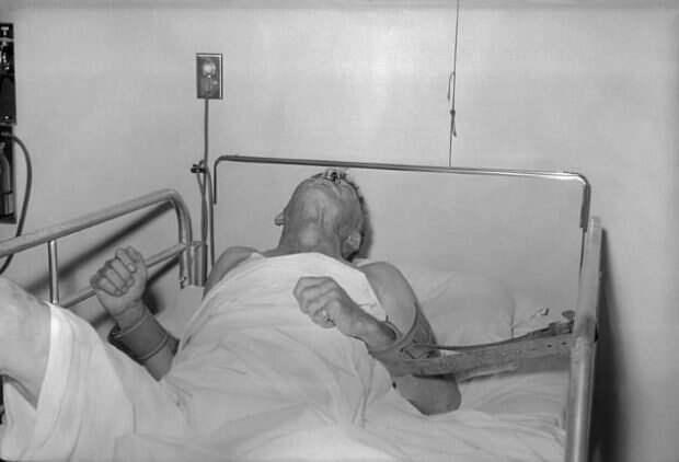 Человек на больничной койке