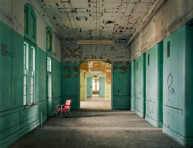 10 необычных фото заброшенных психбольниц