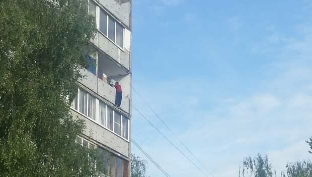 В Подольске мужчина повис на балконе верхнего этажа