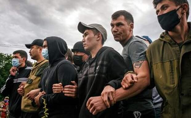 На фото: активисты, выступающие против разработки горы (шихана) Куштау Башкирской содовой компанией, на горе Куштау
