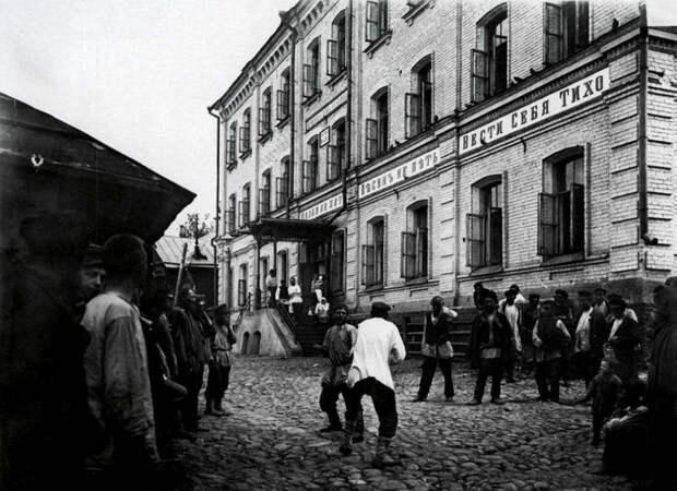Кулачный бой перед ночлежным домом Н.А. Бугрова
