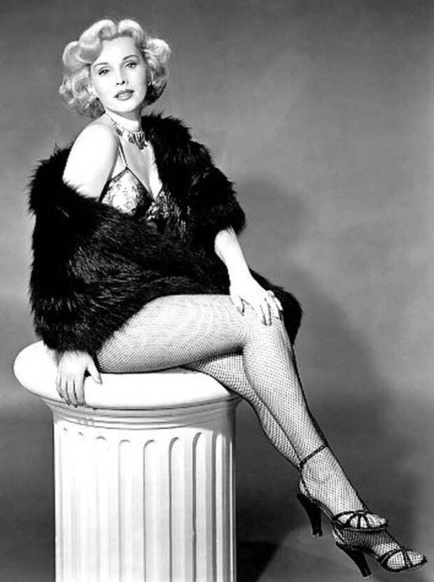 Мисс Венгрия Жа Жа Габор (Zsa Zsa Gábor) в 1941 г. сбежала от фашистов в США, где благодаря своему европейскому шарму стала нарасхват в Голливуде .