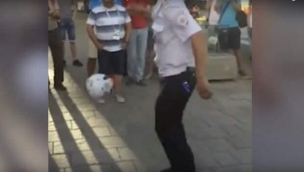 Ростовский полицейский поразил иностранцев техникой владения мячом (ВИДЕО)