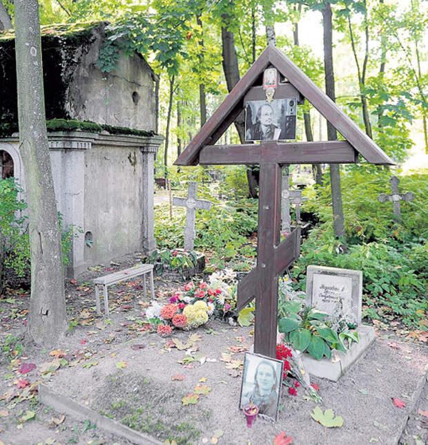 Место захоронения режиссёра на Смоленском кладбище выглядит удручающе. Снимок сделан 21 сентября 2017 года. Фото: Олег ЗОЛОТО/«Комсомольская правда-СПб»