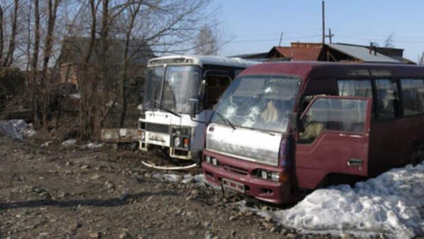 Алтайские школьники закидали два автобуса камнями после неудачной попытки угона