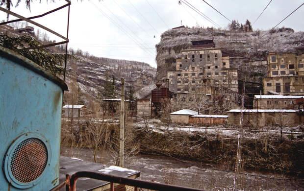 7 загадочных фото Чиатуры — исчезающего города в Грузии