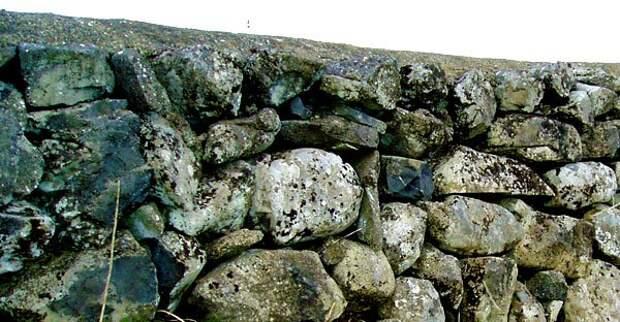 Каменный забор из булыжника 6