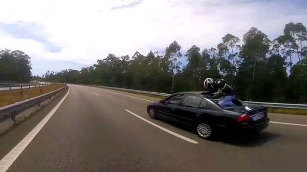 «Разложиться» со стилем: мотоциклист постучался в Хонду