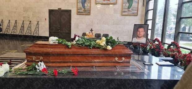 Больно смотреть: черные от горя родные едва держались на ногах у гроба Колтового