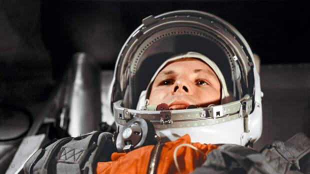 Ю. А. Гагарин в корабле «Восток-1» перед стартом